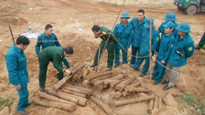 Chỉ huy quân sự huyện thu gom số đạn pháo