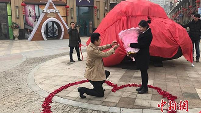 Liu Fei cầu hôn Wang Fangfang tại quảng trường thủ phu Urumqi, Tân Cương, Trung Quốc. Ảnh: China News