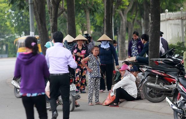 Dân phe vé bên ngoài sân Mỹ Đình