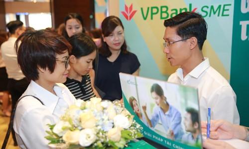 Đại diện VPBank tư vấn cho các Nữ doanh nhân về giải pháp tài chính