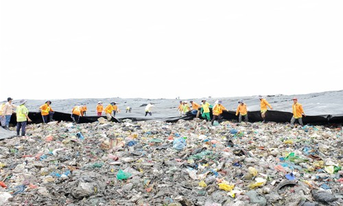 Kéo bạc xử lý rác trên Khu liên hợp xử lý chất thải rắn Đa Phước