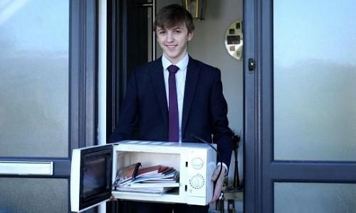 Jacob mang lò vi sóng đến lớp để đựng sách vở. Ảnh: Triangle News