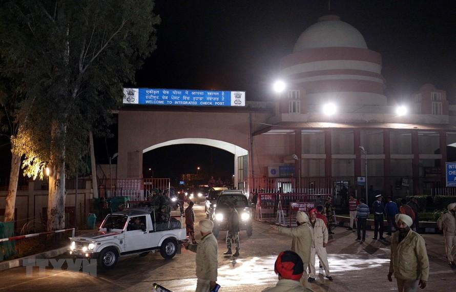 Pakistan cũng đã trao trả phi công cho Ấn Độ. Trong ảnh: Đoàn xe chở phi công Abhinandan Varthaman tới cửa khẩu biên giới Attari (Ấn Độ) tối 1/3/2019. (Ảnh: THX/TTXVN)