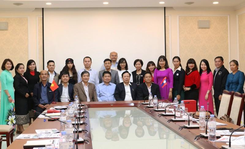 Ban biên tập Báo Xây dựng chụp ảnh lưu niệm với đoàn nhà báo Lào.