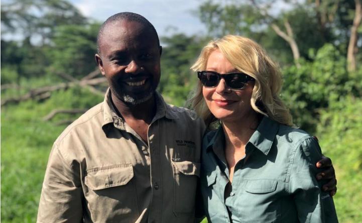 Khách du lịch Hoa Kỳ Kimberly Sue Endicott chụp ảnh với hướng dẫn viên của cô, Jean Paul Mirenge ở Uganda.