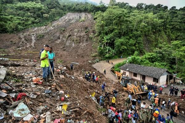 Mọi người tìm kiếm nạn nhân sau vụ lở đất ở Rosas, khu Valle del Cauca, phía Tây Nam Colombia vào ngày 21/4