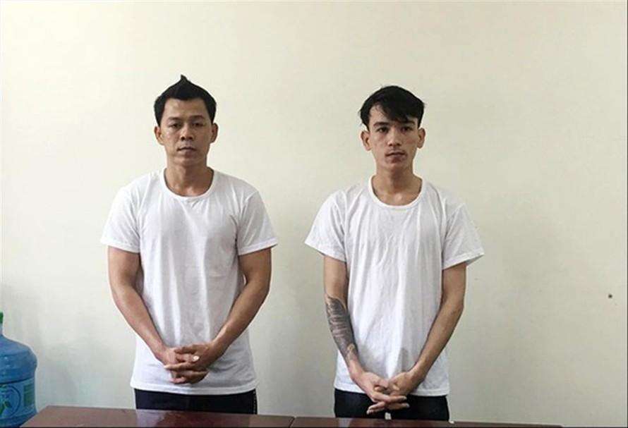 Lê Văn Hoàng (trái ảnh) và Lê Hoàng Phi -hai đối tượng cầm đầu đường dây sản xuất bằng giả và tang vật vụ án.