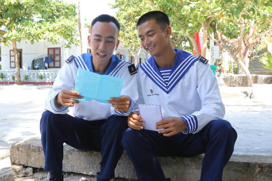 Hai chiến sỹ Phan Văn Thành, Nguyễn Thành Tâm cùng đọc bức thư của đồng đội ở đảo Sinh Tồn gửi sang
