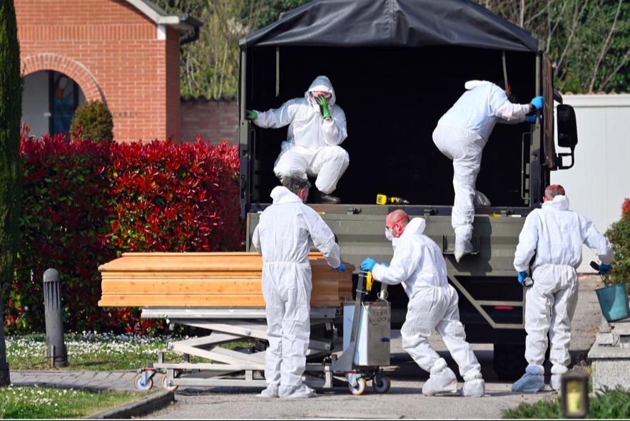 Các quan tài chứa thi thể người chết vì Covid-19 được vận chuyển bằng xe tải quân sự ở TP Bergamo, Ý, ngày 21/3ảnh: AP