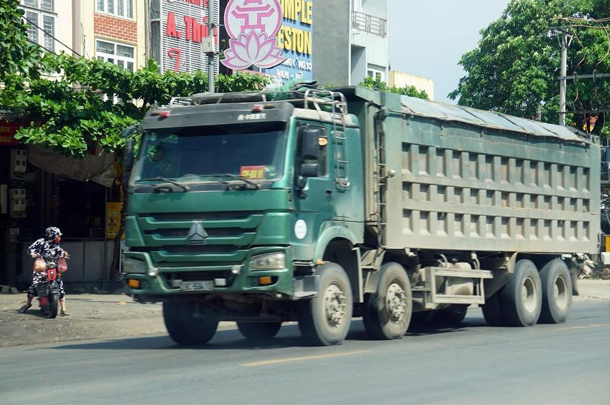 Xe tải có dấu hiệu quá khổ, cơi nới thành thùng hoạt động tấp nập qua thị trấn Xuân Mai (Hà Nội) Ảnh: Ngọc An
