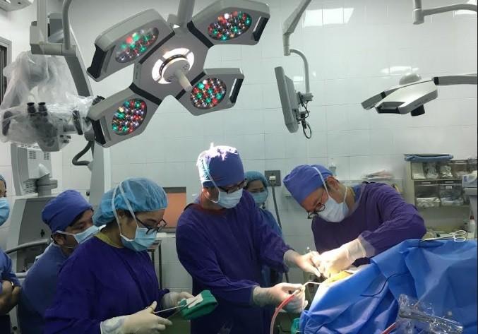 Các bác sỹ đang tiến hành phẫu thuật cho bệnh nhân