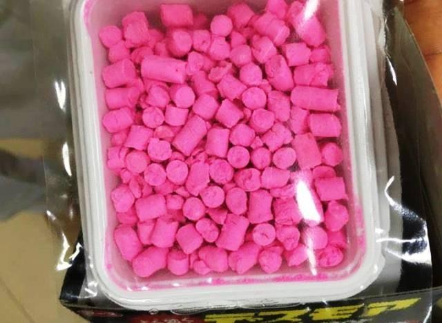 Loại thuốc diệt chuột có màu hồng nhìn rất hấp dẫn mà trẻ ăn phải.