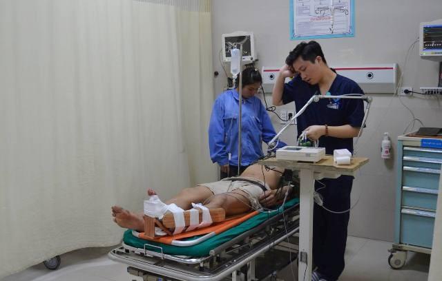 Bệnh nhân đang được điều trị tích cực tại bệnh viện sau khi được nhân viên y tế vào tận đồi chè cấp cứu, xử lý vết thương do tai nạn