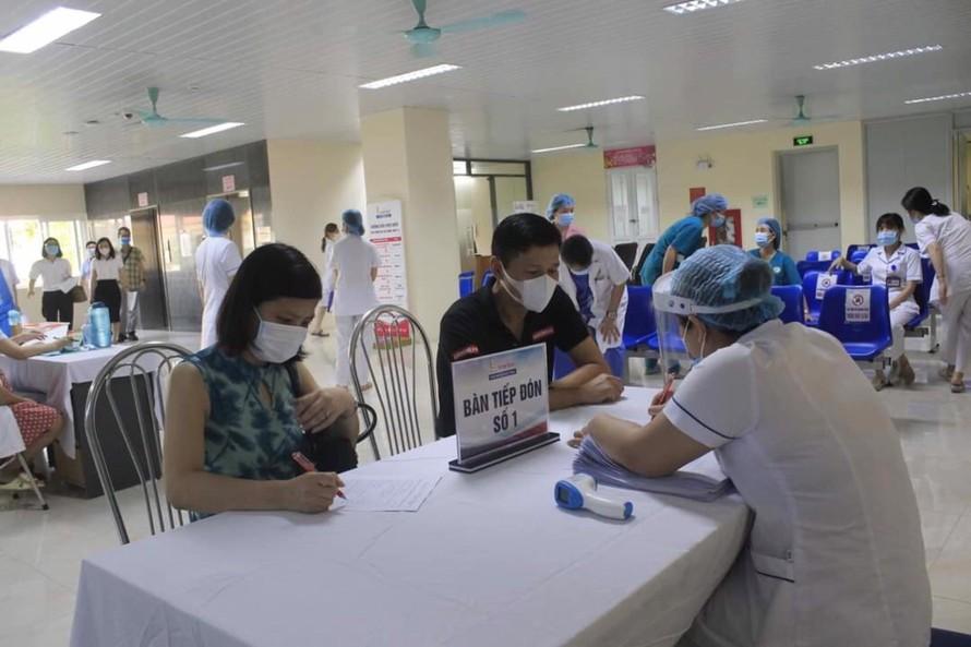 Người dân đăng ký thông tin để làm thủ tục tiêm vắc xin tại Bệnh viện E Trung ương.