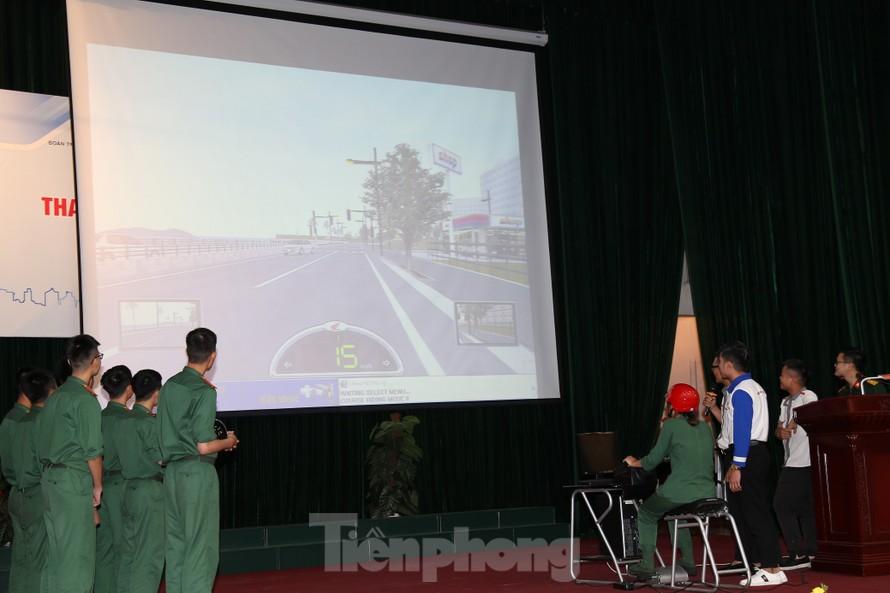 Học viên Học viện Kỹ thuật Quân sự tham gia thực hành kỹ năng điều khiển xe mô tô trên máy tính mô phỏng