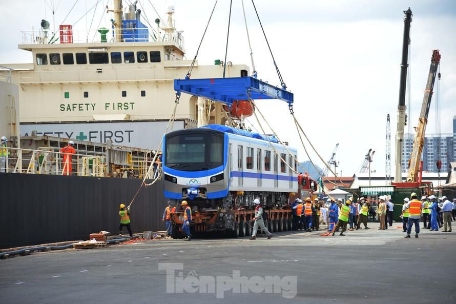 Đến đầu giờ chiều 10/5, các đơn vị liên quan vẫn đang bốc dỡ các toa tàu Metro vừa cập bến tại cảng Khánh Hội, quận 4, TPHCM.