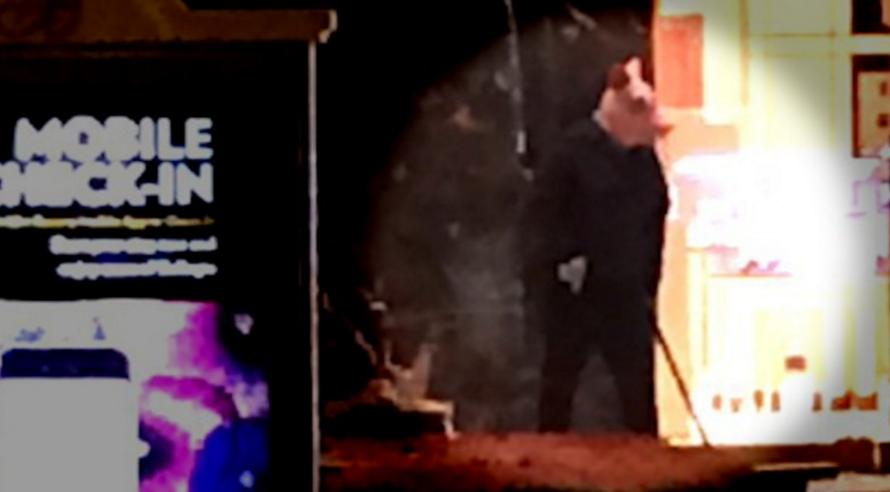 3 kẻ cầm súng, rìu cướp cửa hàng trang sức trong đêm