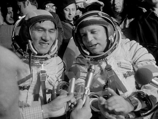 Hai nhà du hành vũ trụ Viktor Gorbatko (phải) và Phạm Tuân trở về trái đất an toàn sau chuyến bay vào vũ trụ trên tàu Liên hợp 37 ngày 23/7/1980.(Ảnh: Quang Thành/TTXVN)