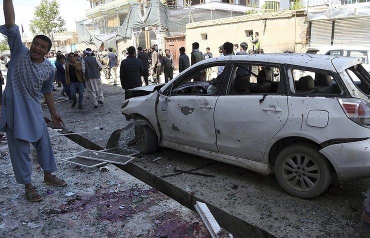 Hiện trường vụ đánh bom ngày 22/4 tại Kabul (Afghanistan). Ảnh: AP