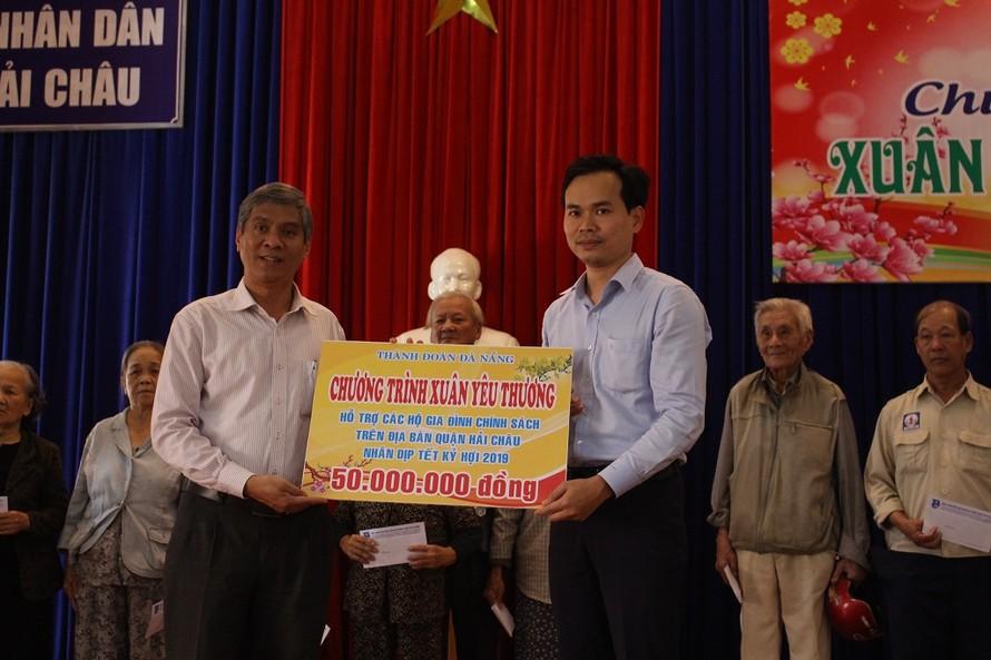 Thành đoàn Đà Nẵng trao 100 suất quà Tết cho người nghèo