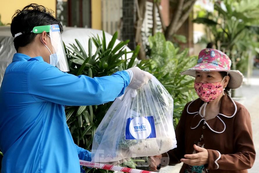 Trong ngày đầu tiên triển khai, khoảng 2400 bữa cơm đã được các bạn đoàn viên thanh niên Đà Nẵng gửi tặng đến những người dân có hoàn cảnh khó khăn giữa tâm dịch Đà Nẵng