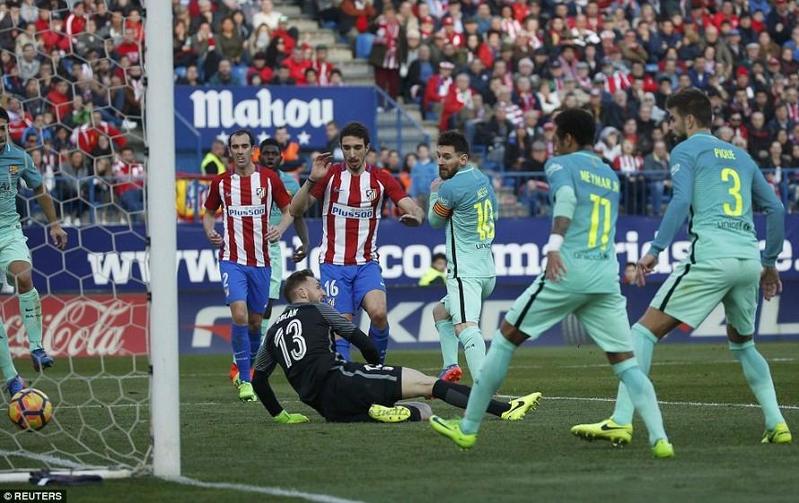 Messi lập công giúp Barcelona có 3 điểm.