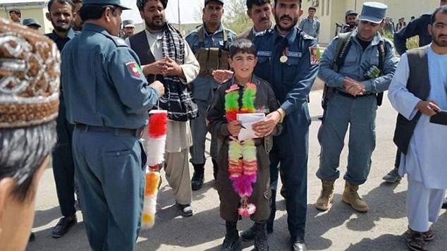 Cậu bé Wasil Ahmad bị phiến quân Taliban giết hại từng được cảnh sát địa phương ca ngợi là 'anh hùng'
