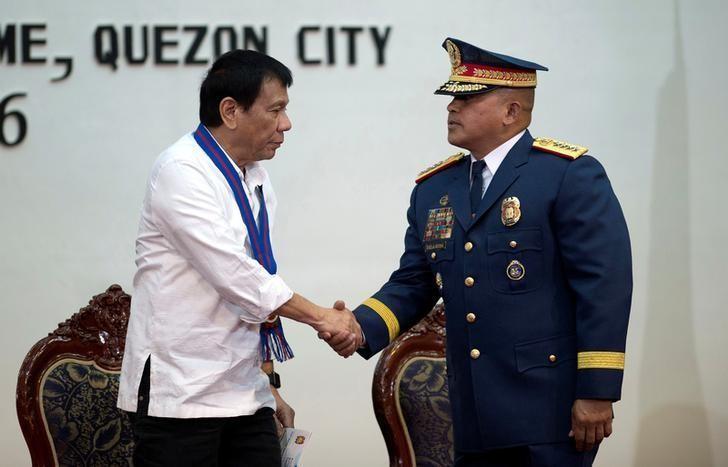 Tổng thống Philippines Rodrigo Duterte bắt tay Giám đốc Cảnh sát Quốc gia Ronald Dela Rosa