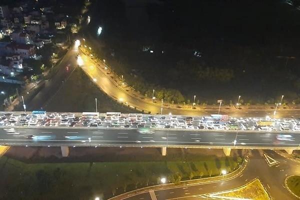 Tắc nghiêm trọng trên cầu Nhật Tân hướng từ sân bay Nội Bài vào Hà Nội
