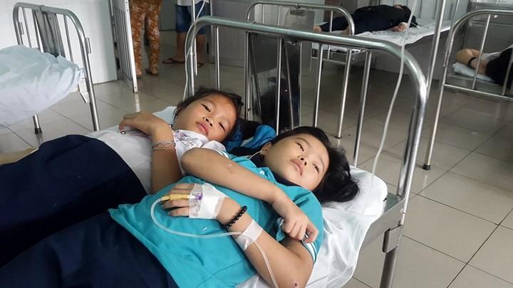 Các học sinh đang được theo dõi tại bệnh viện