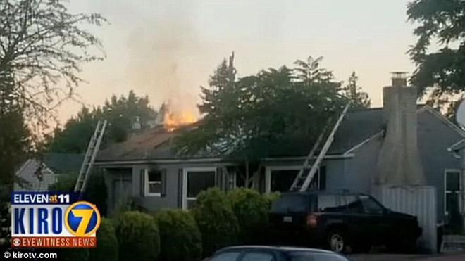 Ngọn lửa bùng lên từ ngôi nhà