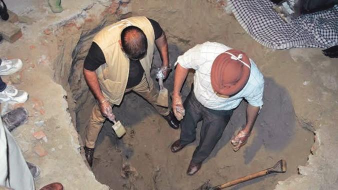 Cảnh sát phát hiện hố chôn ngay trong phòng người phụ nữ