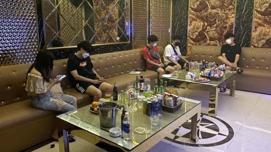 Công an Hải Phòng phát hiện quán karaoke Hera đón khách hát cùng nhân viên thời điểm dịch bệnh phức tạp.