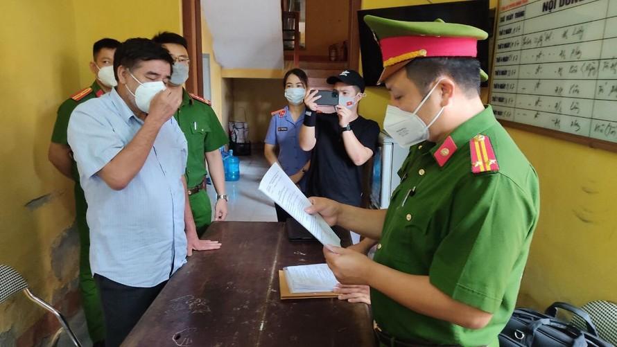 Cơ quan điều tra đọc quyết định khởi tố bị can, tạm giam Nguyễn Thanh Hải, nguyên Quyền Cục trưởng Quản lý thị trường Hải Dương. Ảnh: CAHD cung cấp.