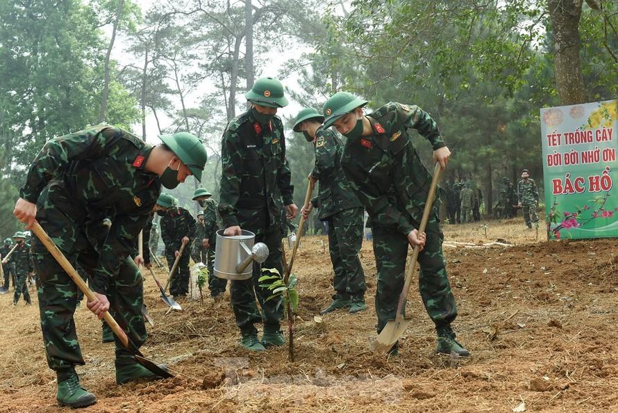 Đoàn viên thanh niên Bộ Tư lệnh Bảo vệ Lăng Chủ tịch Hồ Chí Minh hưởng ứng Tết trồng cây 2021 tại Khu di tích K9, ngày 12/3