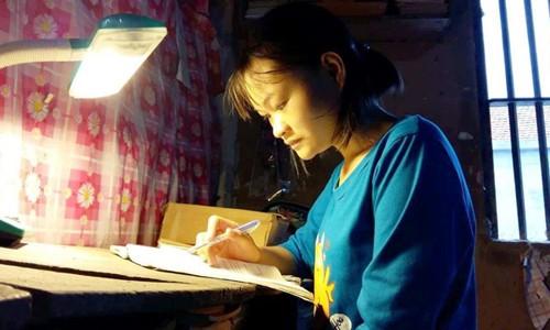 Theo giấy hẹn, ngày 18/8 này Thúy sẽ phải vào Trường Đại học Y Khoa Vinh làm thủ tục nhập học, nhưng chị Thu (mẹ của Thúy) không một xu dính túi.