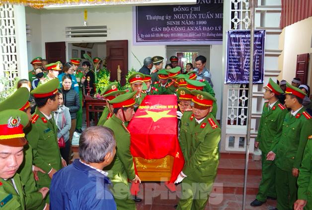 Đồng đội, người thân tiễn đưa đại uý Nguyễn Tuấn minh về nơi an nghỉ - Ảnh: LP