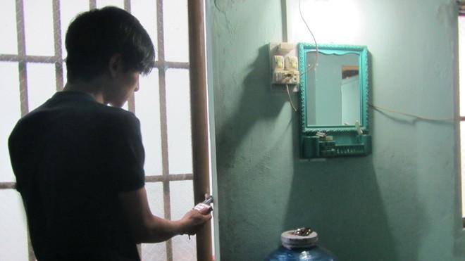 Mặc dù đã khóa cửa cẩn thận nhưng kẻ gian vẫn phá cửa lấy 3 chiếc xe máy của anh Thuận