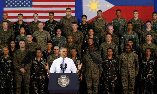 Tổng thống Mỹ Barack Obama phát biểu trước các binh sĩ Mỹ và Philippines tại nhà thi đấu thể thao Fort Bonifacio ở thủ đô Manila của Philippines vào ngày 29.4 - Ảnh: Reuters