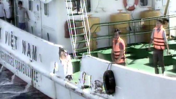 Tàu chấp pháp Việt Nam bị tàu Trung Quốc hung hãn đâm gãy lan can