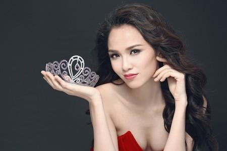 Diễm Hương đăng quang Hoa hậu năm 2010.