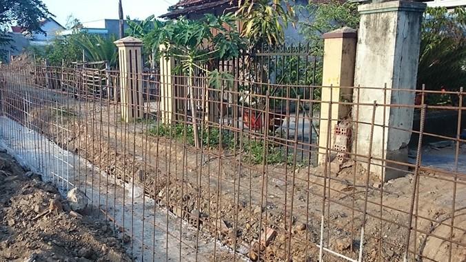 Những giằng thép đổ bê tông chặn trước nhà dân (cao bằng nửa cổng nhà) đã bị đình chỉ kịp thời
