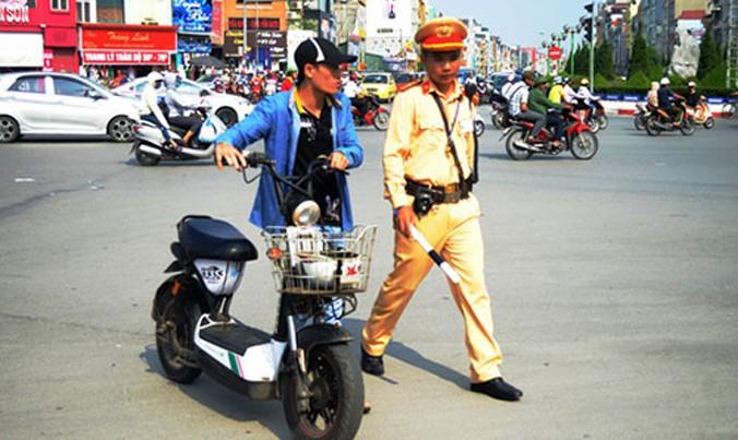 CSGT thổi phạt người điều khiển xe máy điện không đăng ký biển số tại ngã 6 Ô Chợ Dừa (quận Đống Đa, TP Hà Nội).