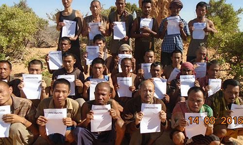 Các thuỷ thủ châu Á bị cướp biển bắt giữ. Ảnh: Telegraph
