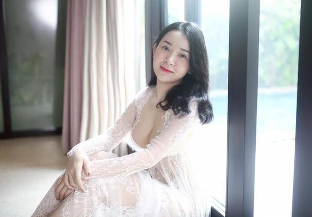 Hình ảnh nóng bỏng của cựu nữ sinh ĐH Ngoại thương Ngọc Phương đang được lan truyền trên mạng xã hội.