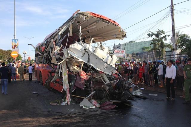 Vụ TNGT thảm khốc đã khiến 13 người chết, hơn 20 người bị thương (Ảnh: Phạm Hoàng.