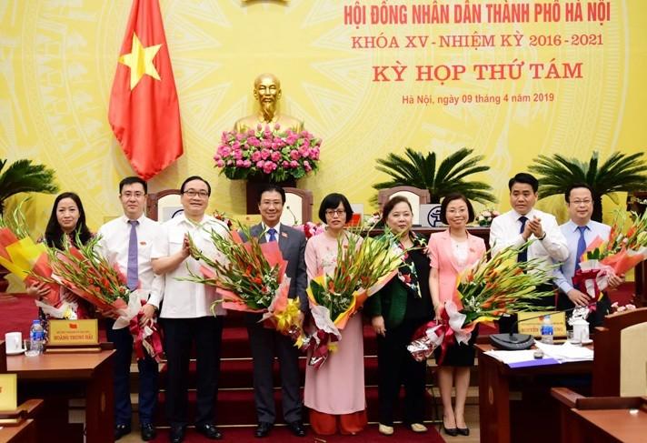 Lãnh đạo thành phố Hà Nội chúc mừng các đồng chí được giao nhiệm vụ mới.