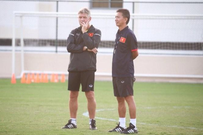 GĐKT Jurgen Gede (trái) và HLV Hoàng Anh Tuấn.