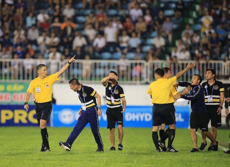 Phản ứng dữ dội của HLV trưởng CLB Hà Nội Chu Đình Nghiêm trên sân Pleiku tối 11/5.