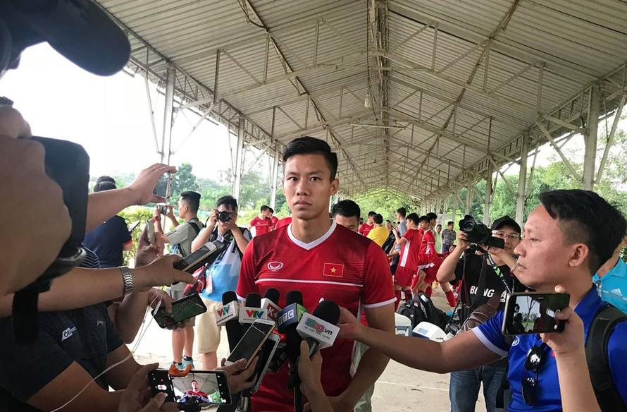 Quế Ngọc Hải trả lời phỏng vấn báo chí trước buổi tập của tuyển Việt Nam vào chiều nay.